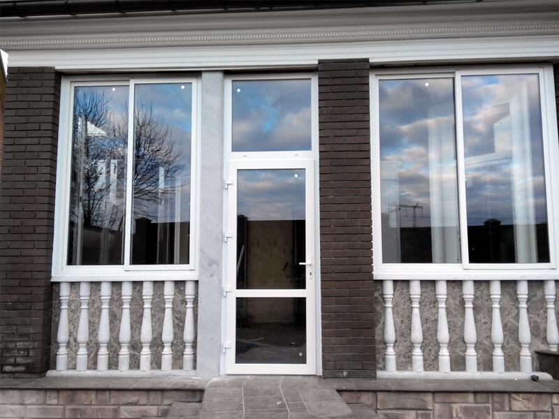 Раздвижное остекление балкона слайдорс от компании oknastree.